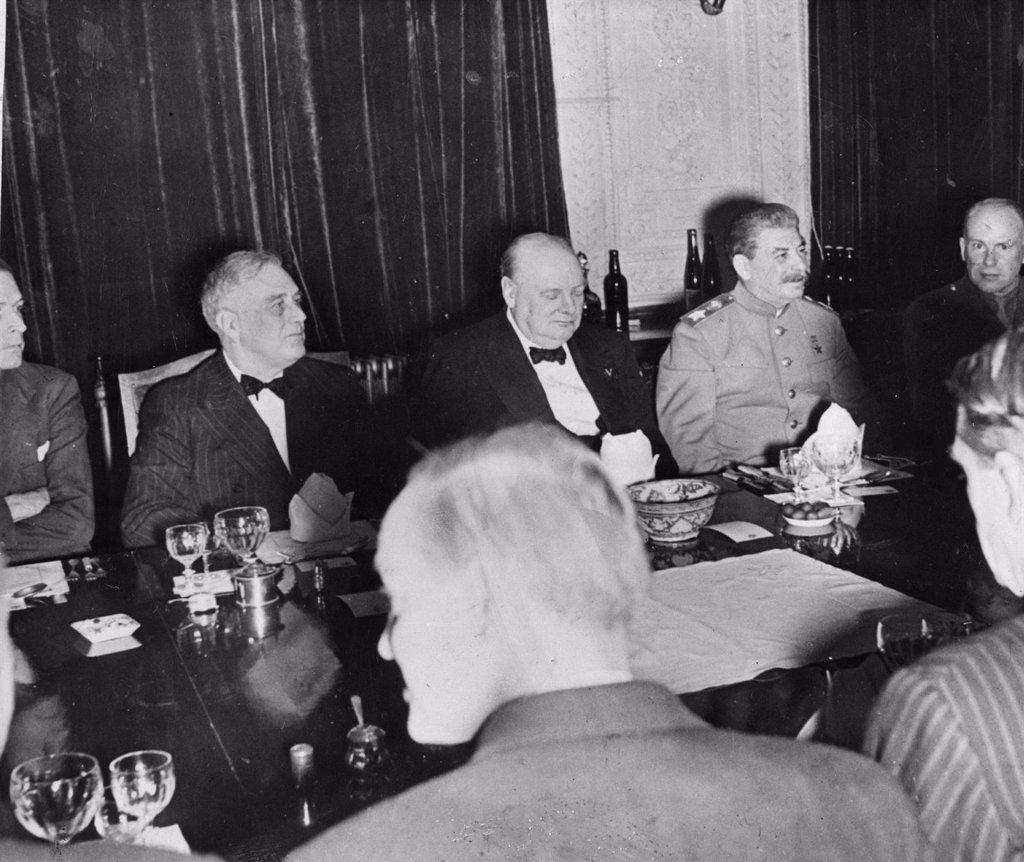 El comunismo mundial cambia su estrategia: Hacer espacio para Mao y Tito