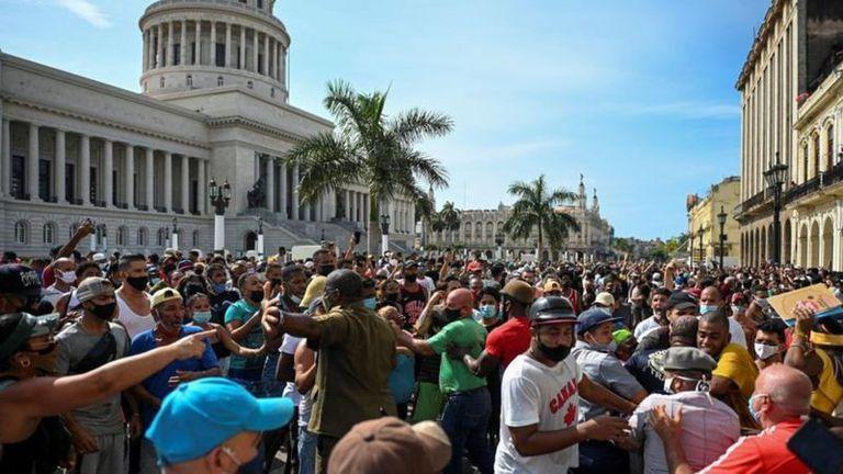 Algunas opiniones en Facebook de exiliados cubanos sobre la rebelión en Cuba